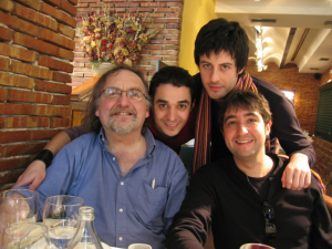 con Brian Ferneyhough. Julián Elvira y Alexis Calvo
